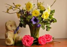Tappning Teddy Bear och vårblommor Royaltyfri Foto