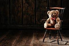 Tappning Teddy Bear Stuffed Animal Toy på gammal stol arkivbild
