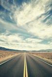 Tappning tonad ökenväg i Death Valley Fotografering för Bildbyråer