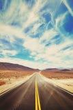 Tappning tonad ökenväg i Death Valley Arkivfoton