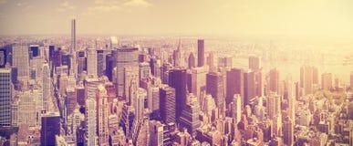 Tappning tonad Manhattan horisont på solnedgången Arkivfoto