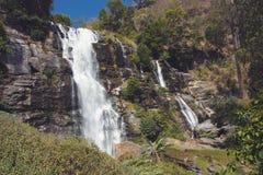 Tappning tonade bild av den härliga Wachirathan vattenfallplatsen i Doi Inthanon, Chiang Mai, Thailand arkivbild
