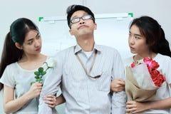 Tappning tonade bild av det frustrerade invecklade förhållandet mellan tre personer Begrepp för förälskelsetriangel Royaltyfri Bild