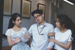 Tappning tonade bild av det invecklade stressade förhållandet mellan tre personer Begrepp för förälskelsetriangel Royaltyfria Foton