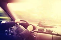 Tappning tonade bilden av en körande bilinre Arkivbilder
