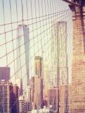 Tappning tonade Manhattan skyskrapor som sågs från Brooklyn bro, N Fotografering för Bildbyråer