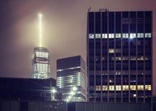 Tappning tonade nattbilden av Manhattan skyskrapor, NYC Arkivbild