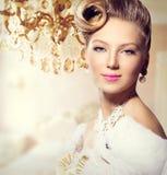 Tappning utformad flicka royaltyfria foton