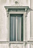 Tappning utformade fotografi av det gamla byggnadsfönstret i Venedig, Italien Fotografering för Bildbyråer