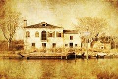 Tappning utformar föreställer av ett murket hus i Venedig Royaltyfri Bild