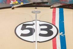 Tappning Volkswagen Beetle från seventiesna med nummer 53 på t Royaltyfria Bilder