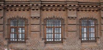 Tappning Windows i ett tegelstenhus arkivbild