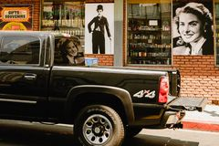 Tappningaffischtavlor och bilar på den Hollywood boulevarden, Los Angeles arkivfoton