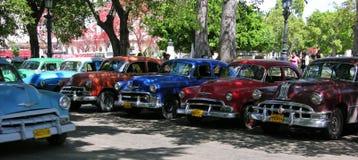 TappningAmerika bilar som parkeras upp i havannacigarren, Kuba Royaltyfria Bilder