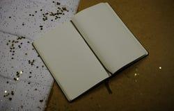 Tappninganteckningsbok med en stearinljus Arkivbilder