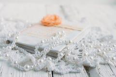 Tappninganteckningsbok på den vita tabellen Royaltyfri Fotografi