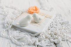 Tappninganteckningsbok på den vita tabellen Fotografering för Bildbyråer