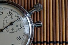 Tappningantikvitetstoppur som är retro på träbakgrund, rekord för tidmätare för exakthet för minut andra för pil för klocka för v Royaltyfri Foto