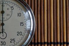 Tappningantikvitetstoppur som är retro på träbakgrund, rekord för tidmätare för exakthet för minut andra för pil för klocka för v Arkivbilder
