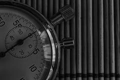 Tappningantikvitetstoppur som är retro på träbakgrund, rekord för tidmätare för exakthet för minut andra för pil för klocka för v Fotografering för Bildbyråer