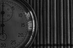 Tappningantikvitetstoppur som är retro på träbakgrund, rekord för tidmätare för exakthet för minut andra för pil för klocka för v Royaltyfri Fotografi