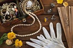 Tappningask med billiga prydnadssaker och smycken Royaltyfria Bilder