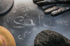 TappningAutumn Mans Hat Gloves Sale Black Friday text arkivbilder