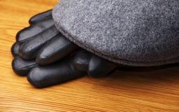 TappningAutumn Mans Hat Gloves trätabell royaltyfria bilder