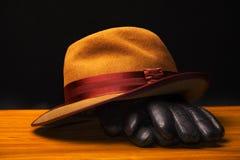 TappningAutumn Mans Hat Gloves trätabell arkivbilder