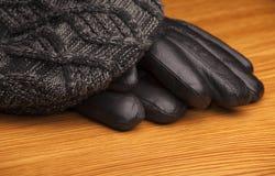 TappningAutumn Mans Hat Gloves trätabell royaltyfri fotografi