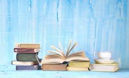Tappningböcker och kaffekopp royaltyfri bild