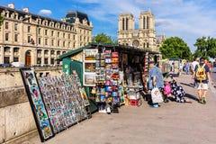 Tappningböcker och målningar på invallning av floden Seine nära inget Royaltyfria Foton