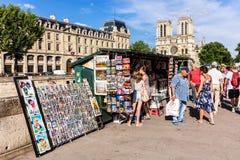 Tappningböcker och målningar på invallning av floden Seine nära inget Royaltyfri Fotografi