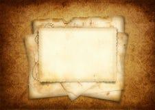 Tappningbakgrund med bunten av den gammala vykortet Arkivbild