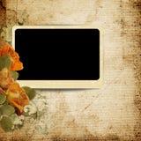 Tappningbakgrund med foto-ramen och urblekta rosor Royaltyfria Foton
