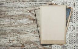 Tappningbakgrund med gamla foto på trä med snör åt royaltyfri bild