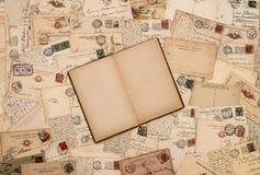 Tappningbakgrund med gamla handskrivna vykort Royaltyfria Foton