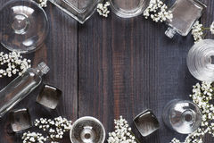 Tappningbakgrund med glasflaskor Arkivbild