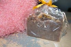 Tappningbakgrund, rosa hjärta och handgjord tvål Royaltyfria Bilder