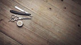 Tappningbarberarehjälpmedel på den wood tabellen Royaltyfri Foto