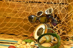 Tappningbarometer, stråltrål, solglasögon och retro strandleksaker Abstrakt naturliga bakgrunder med gammal papp texturerar Royaltyfria Foton