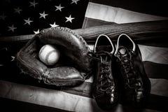 Tappningbaseballkugghjul på en amerikanska flagganbakgrund royaltyfri foto