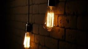 Tappningbelysninggarnering Klassisk edison lampa H?ngande ljus kula Slut upp av en gl?dande lampa antik m?rk tappning f?r lampa f lager videofilmer