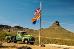 Tappningbil i den arizona öknen med medborgare- och tillståndsflaggor Royaltyfria Bilder