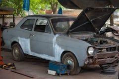Tappningbil i garage arkivbilder