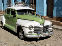 Tappningbil med en takkugge i en stenlagd gata royaltyfria bilder