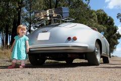 Tappningbil och liten flicka. arkivbilder