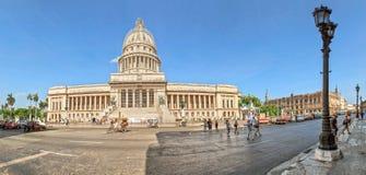 Tappningbilar nära Kapitolium, havannacigarr, Kuba Arkivfoton