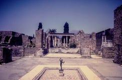 Tappningbild av den stenväggar och springbrunnen i Pompeii, Italien Arkivbild