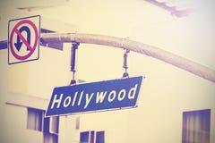 Tappningbilden av den Hollywood gatan undertecknar in Hollywood, USA fotografering för bildbyråer